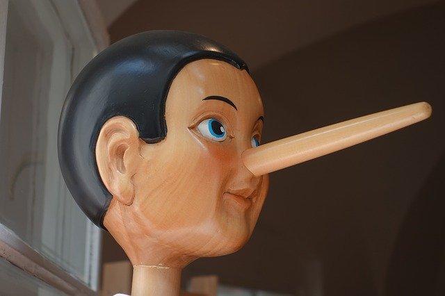 鼻にかけるの類語
